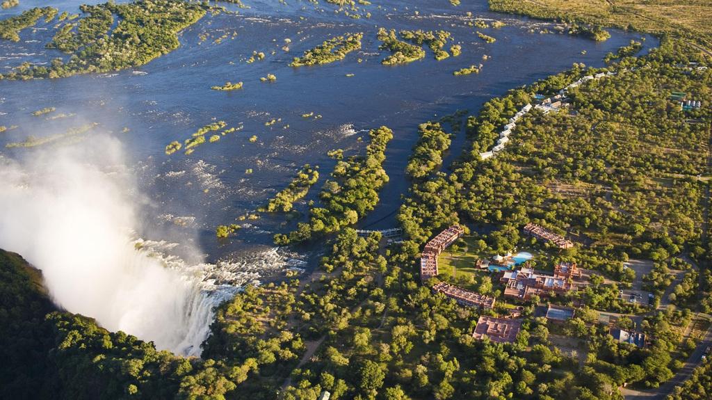Luftansicht der Viktoriafälle in der Nähe des Royal Livingstone in Sambia | Abendsonne Afrika