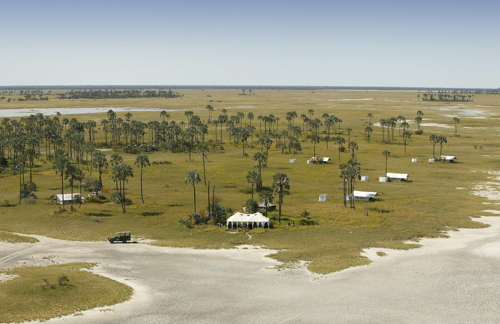 Luftaufnahme des San Camps in Botswana | Abendsonne Afrika