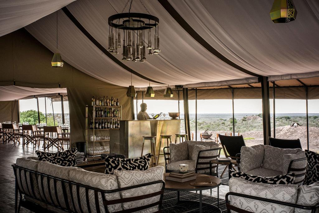 Lounge des Sanctuary Kichakani Serengeti Camp im Serengeti Nationalpark in Tansania | Abendsonne Afrika