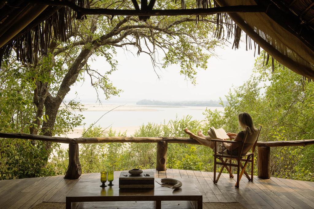 Ausblick von der Terrasse des Sand Rivers Selous in Tansania | Abendsonne Afrika