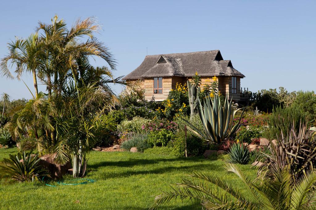 Villa und Garten im Segera Retreat in Kenia | Abendsonne Afrika