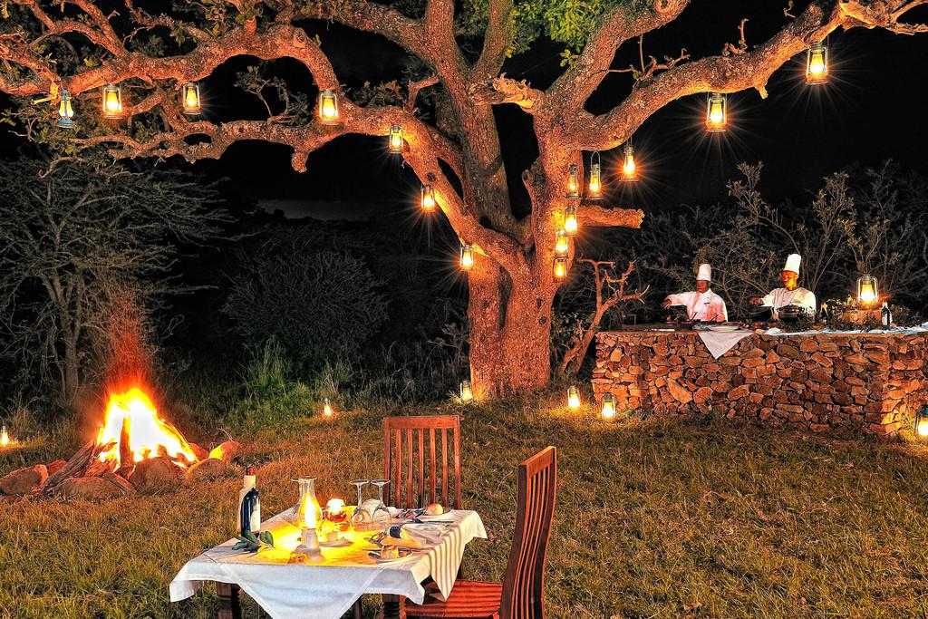 Barbecue Dinner im Serengeti Migration Camp in Tansania | Abendsonne Afrika