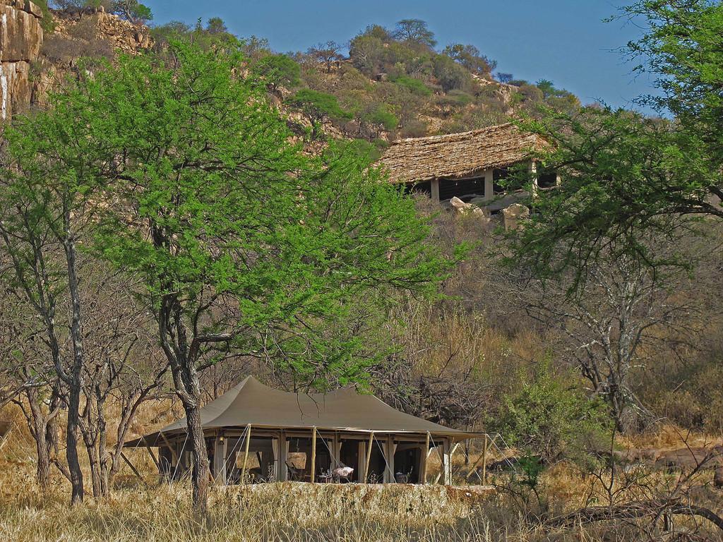 Zelte des Serengeti Pioneer Camp in Tansania | Abendsonne Afrika