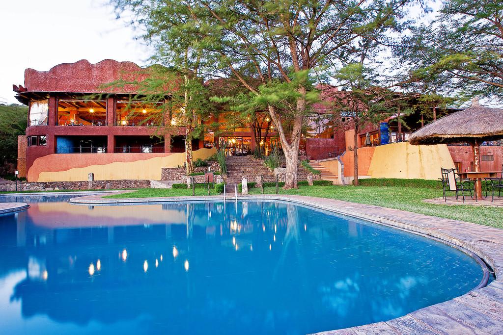 Pool der Serengeti Sopa Lodge in Tansania | Abendsonne Afrika