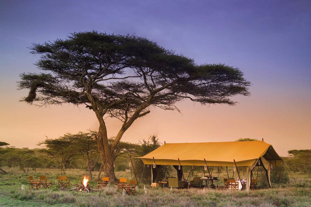 Lagerfeuer und Essbereich des Serengeti Under Canvas in Tansania   Abendsonne Afrika