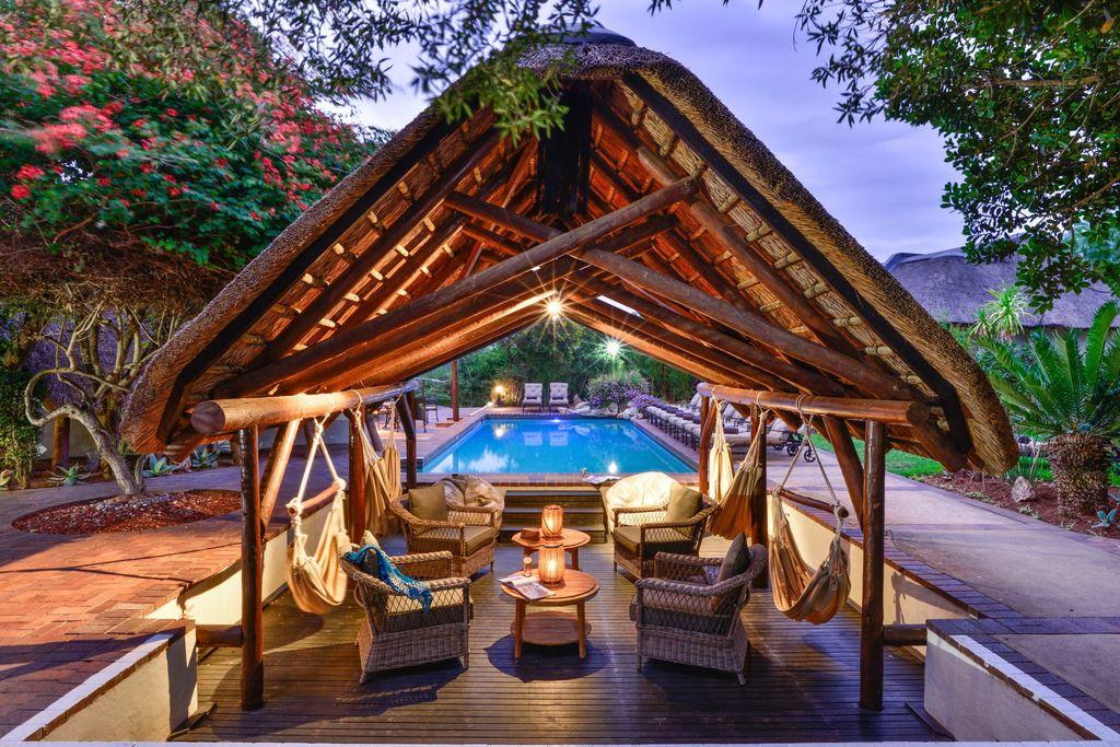 Pool Lounge in der Shamwari Lobengula Lodge in Südafrika | Abendsonne Afrika