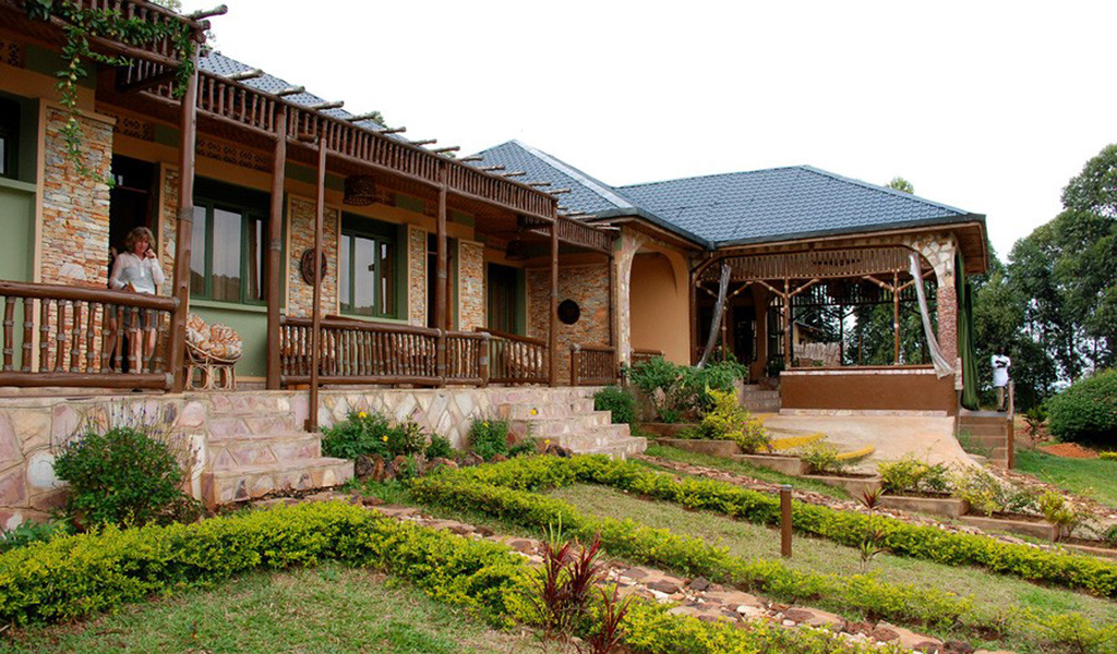 Garten der Silverback Lodge in Uganda | Abendsonne Afrika