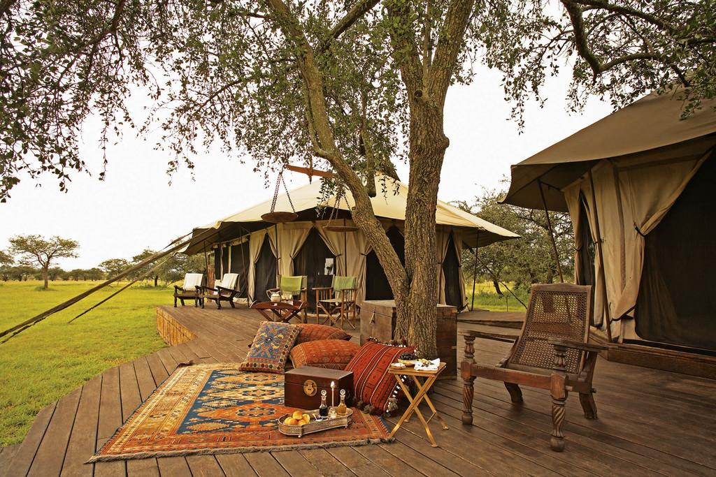 Zelte mit Veranda des Singita Sabora Plains Tented Camp in Tansania | Abendsonne Afrika