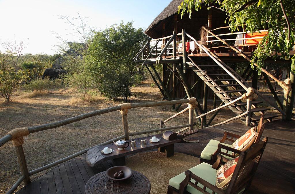Veranda des Siwandu Camps in Tansania | Abendsonne Afrika