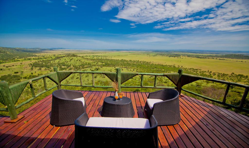 Lounge auf der Terrasse der Soroi Serengeti Lodge in Tansania | Abendsonne Afrika