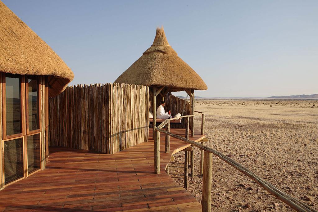 Ausblick von der Veranda der Sossus Dune Lodge in Namibia   Abendsonne Afrika