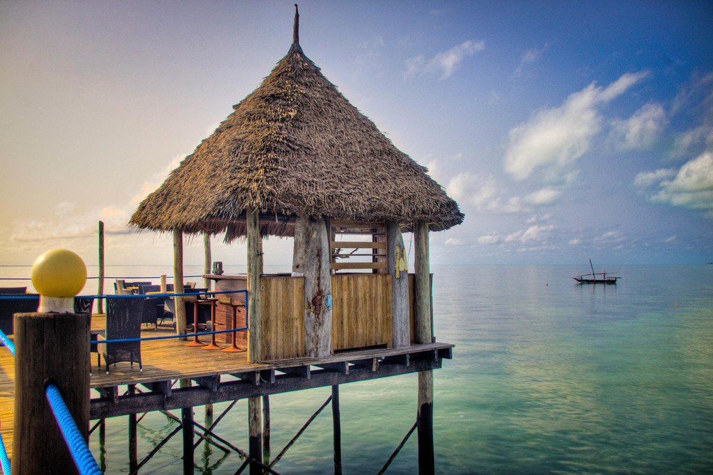 Bar auf dem Steg des Spice Island Resort auf Sansibar | Abendsonne Afrika