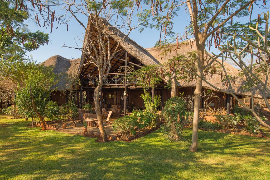 Hauptbereich der Stanley Safari Lodge in Sambia | Abendsonne Afrika