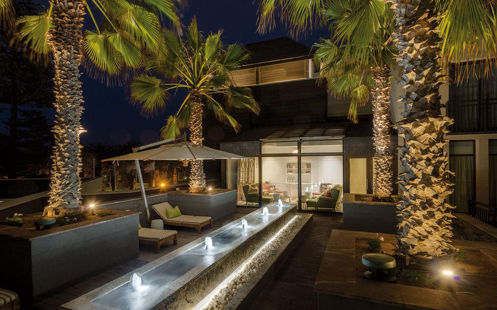 Außenbereich des Strand Hotels in Namibia | Abendsonne Afrika