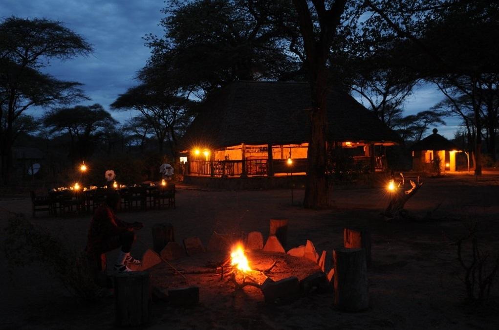 Boma des Tandala Tented Camps in Tansania | Abendsonne Afrika