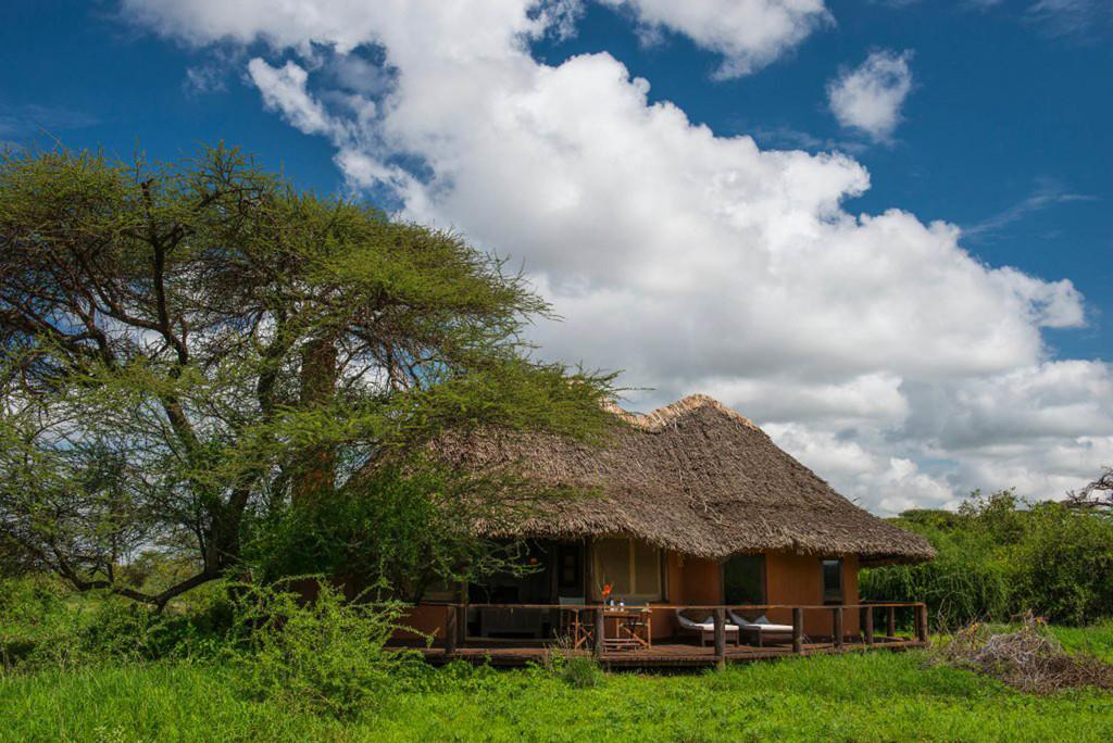 Cottage der Tawi Lodge in Kenia | Abendsonne Afrika