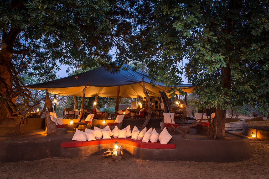 Loungebereich des Tena Tena Camps in Sambia | Abendsonne Afrika