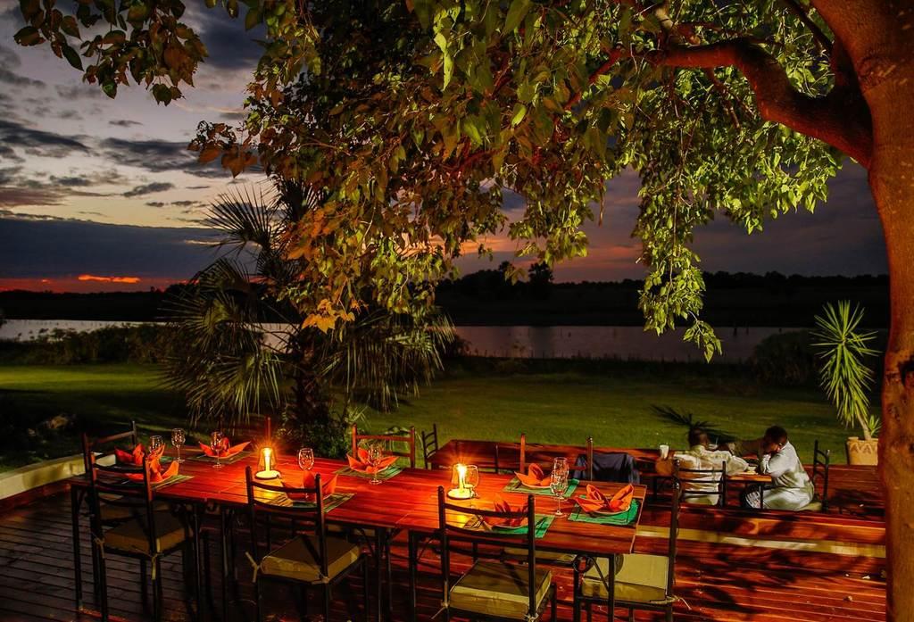 Romantisches Abendessen in der Thamalakane River Lodge in Botswana | Abendsonne Afrika
