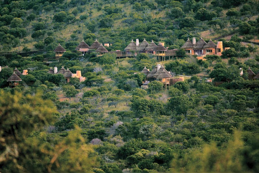 Blick auf die Unterkunft im Thanda Privates Wildreservat in Südafrika | Abendsonne Afrika