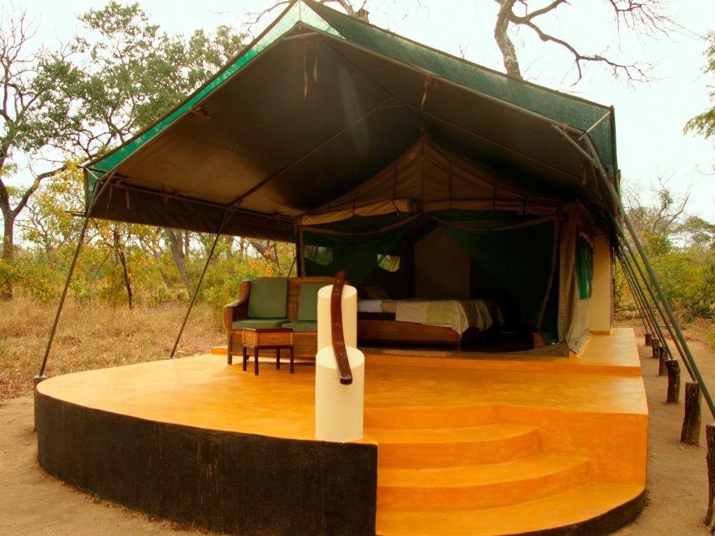 Außenansicht eines Zeltchalets der Thawale Lodge in Malawi | Abendsonne Afrika