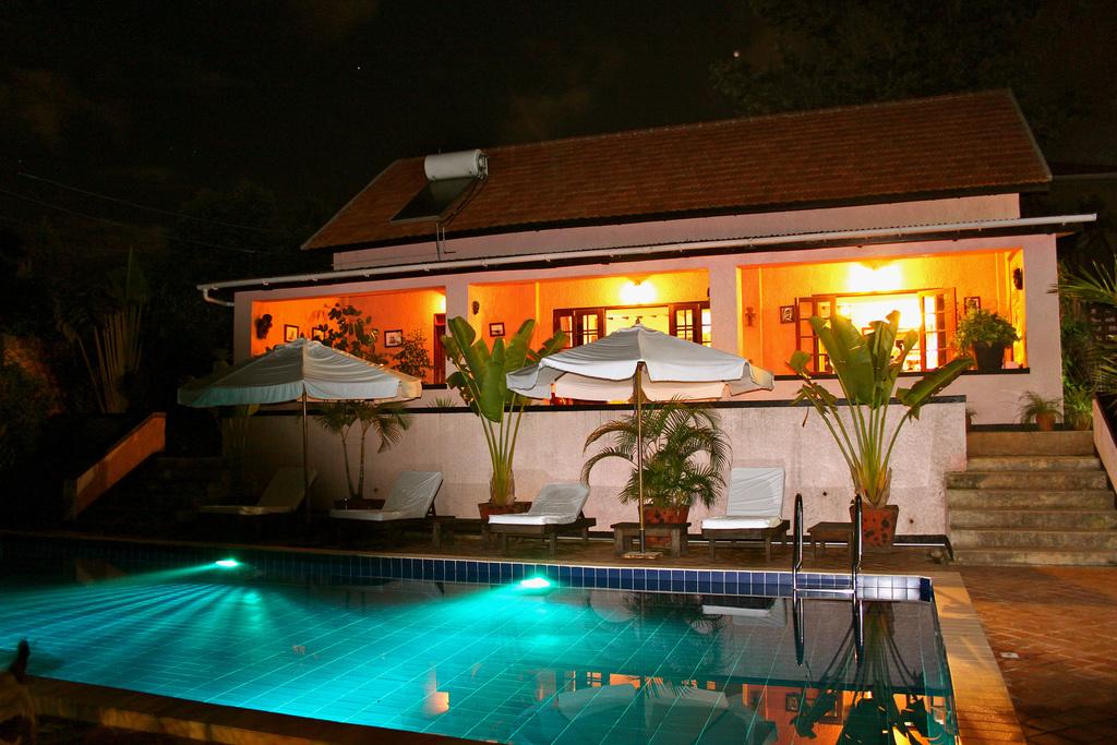 Pool des The Boma Hotels in Uganda | Abendsonne Afrika