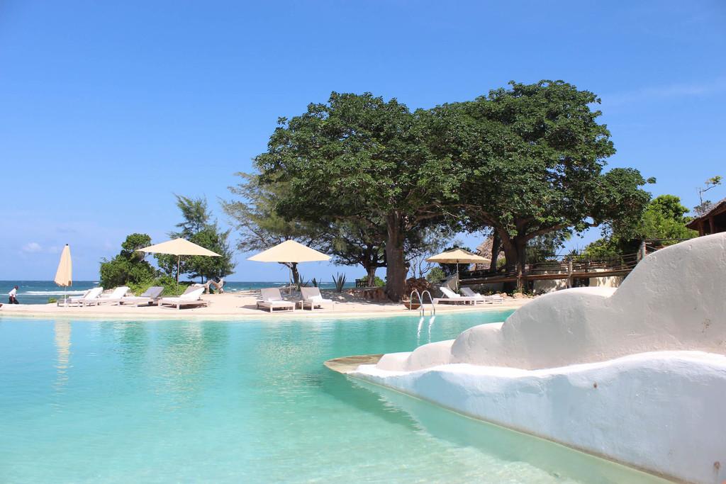 Pool mit Meersicht der The Ocean Spa Lodge in Kenia | Abendsonne Afrika