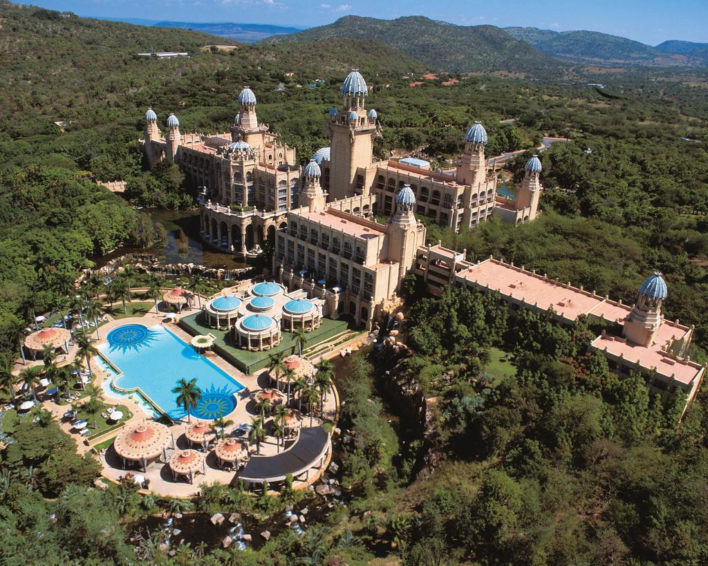 Blick von oben auf das The Palace Of The Lost City in Südafrika | Abendsonne Afrika