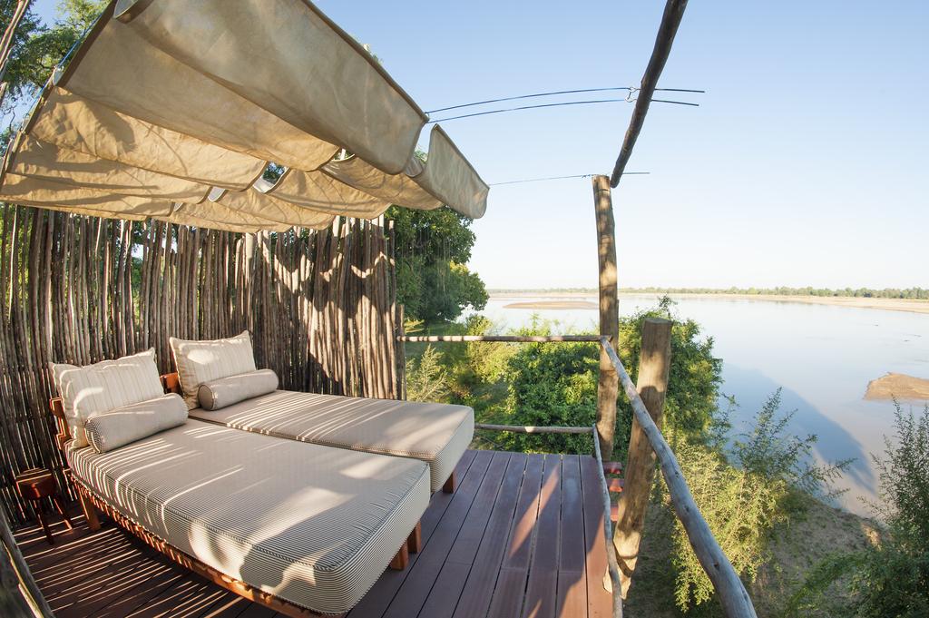 Tagesbett mit Ausblick im Three Rivers Camp in Sambia | Abendsonne Afrika