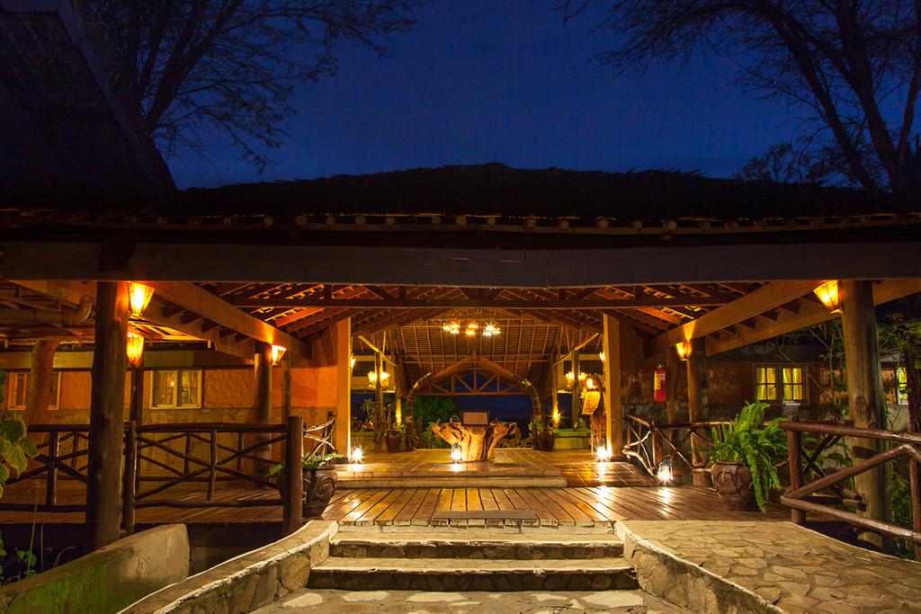 Eingang bei Nacht des Tipilikwani Mara Camps in Kenia | Abendsonne Afrika