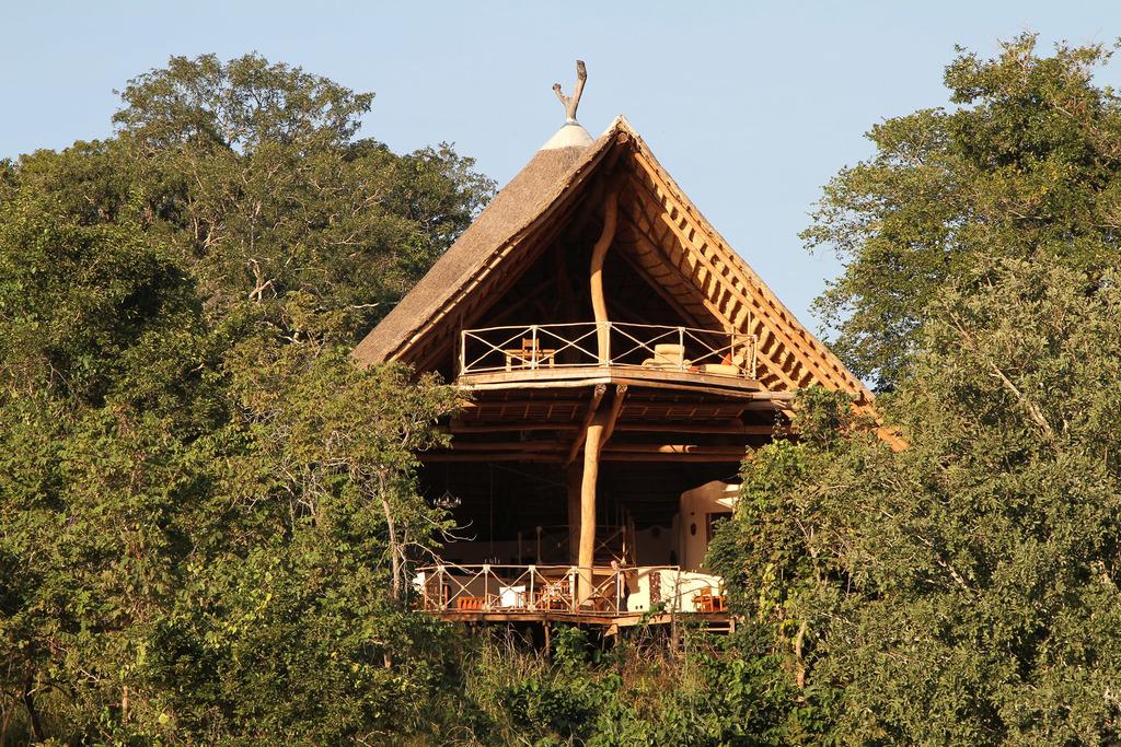 Hauptbereich der Tongole Wilderness Lodge in Malawi | Abendsonne Afrika