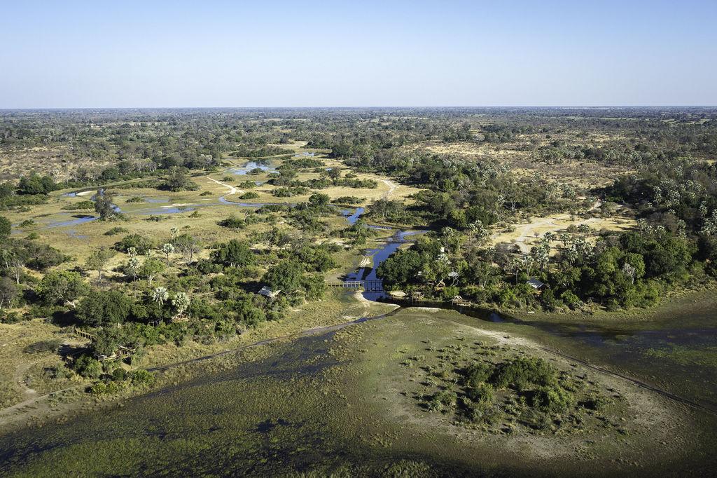 Luftaufnahme des Tubu Tree Camp in Botswana | Abendsonne Afrika