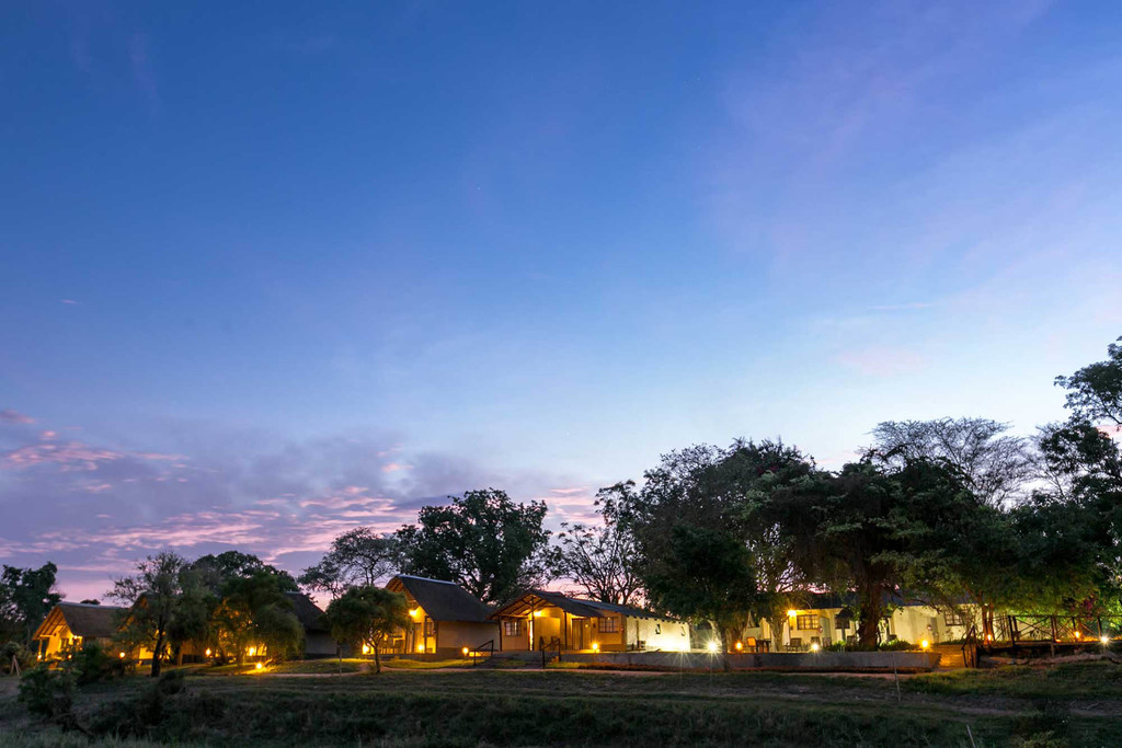 Blick auf die Umkumbe Safari Lodge in Südafrika   Abendsonne Afrika