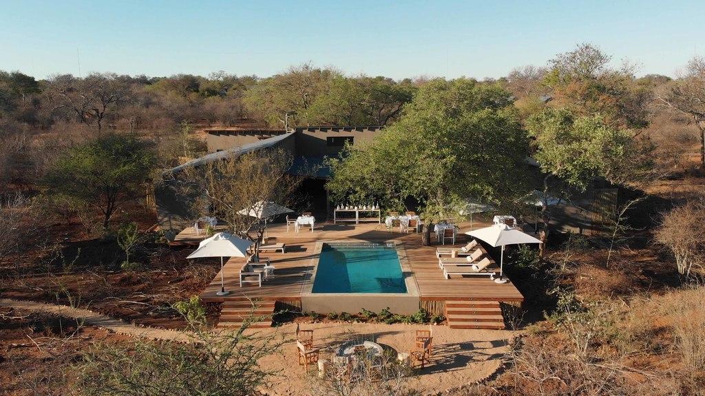 Außenansicht des Poolbereichs der Unembeza Boutique Lodge & Spa in Südafrika | Abendsonne Afrika