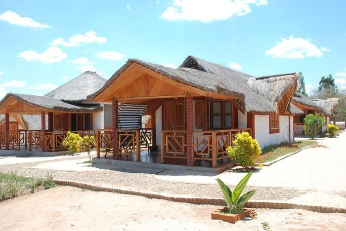 Häuser im Vazimba Hotel auf Madagaskar | Abendsonne Afrika