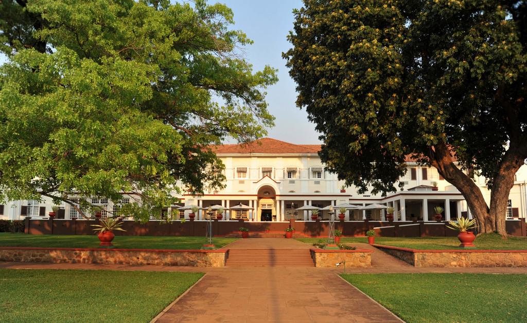 Frontansicht des Victoria Falls Hotels in Simbabwe | Abendsonne Afrika