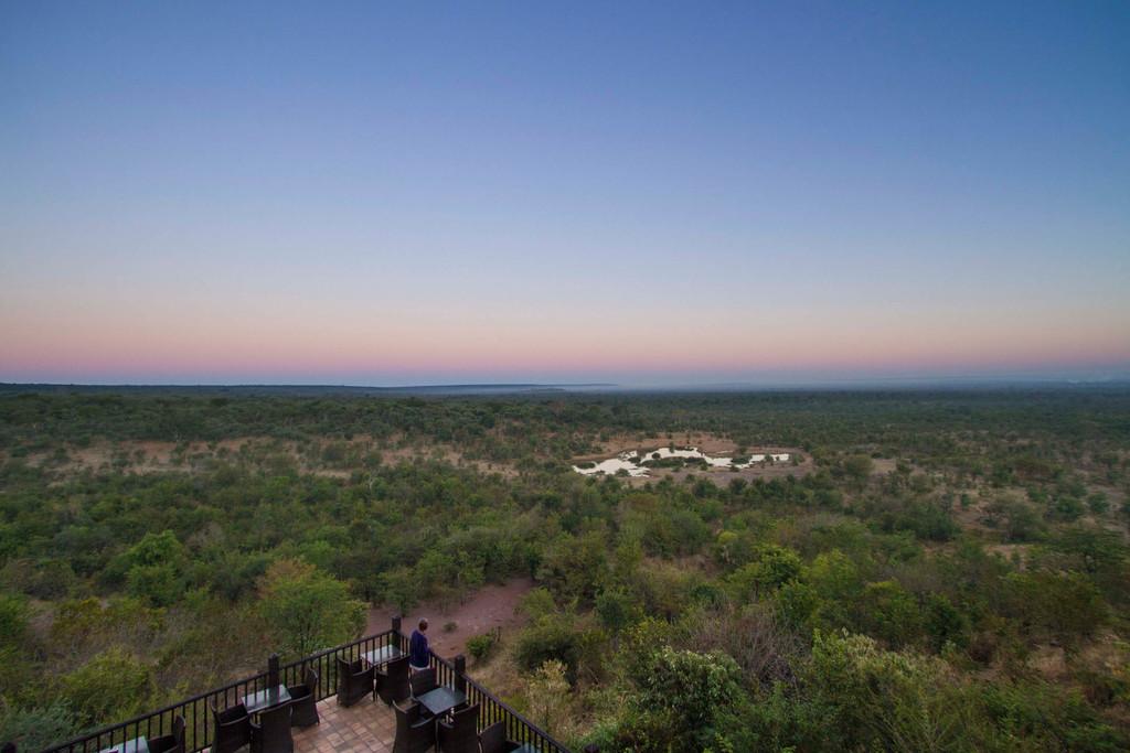 Aussicht von der Victoria Falls Safari Lodge in Simbabwe | Abendsonne Afrika