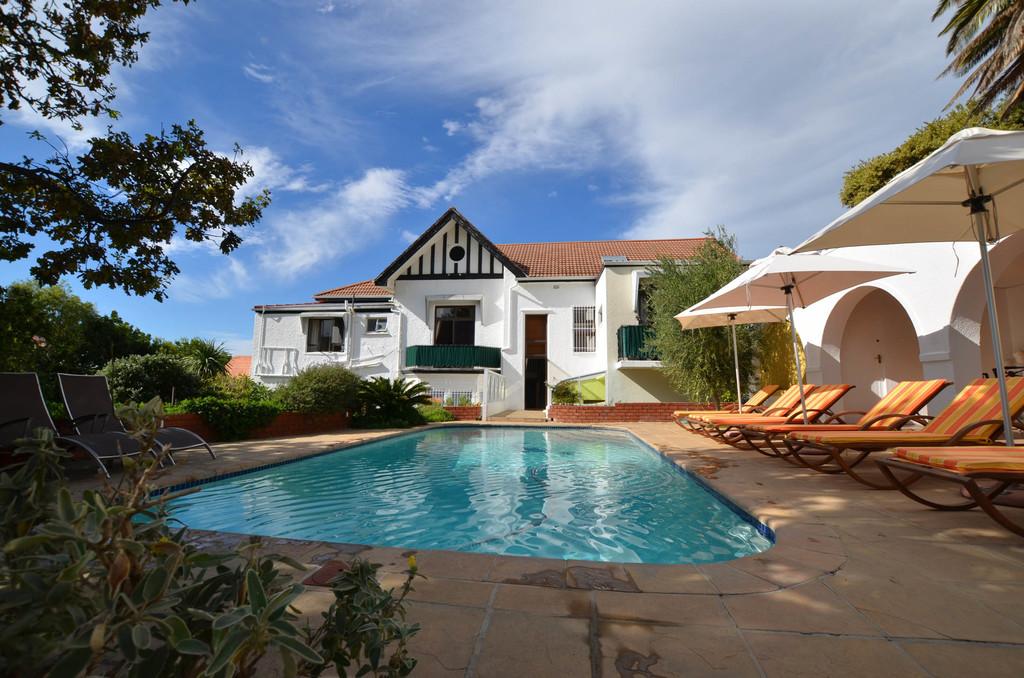 Pool und Sonnenterrasse der Villa Lutzi in Südafrika | Abendsonne Afrika