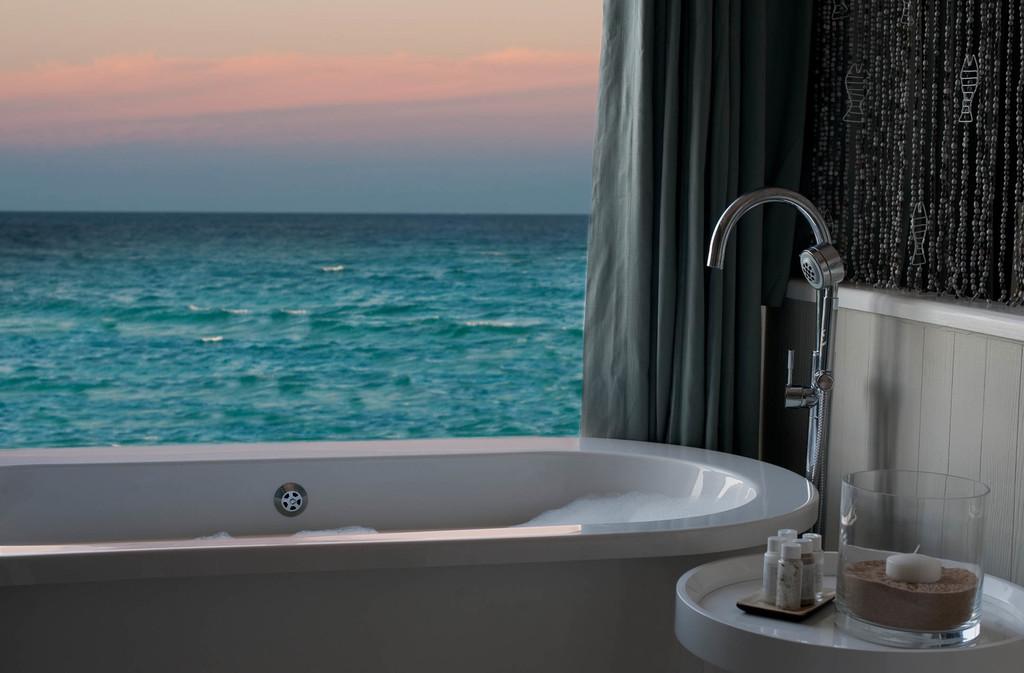 Badewanne mit Meerblick im White Pearl Resort in Mosambik | Abendsonne Afrika