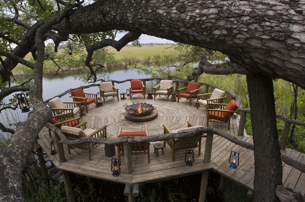 Feuerstelle im Xakanaxa Camp in Botswana | Abendsonne Afrika