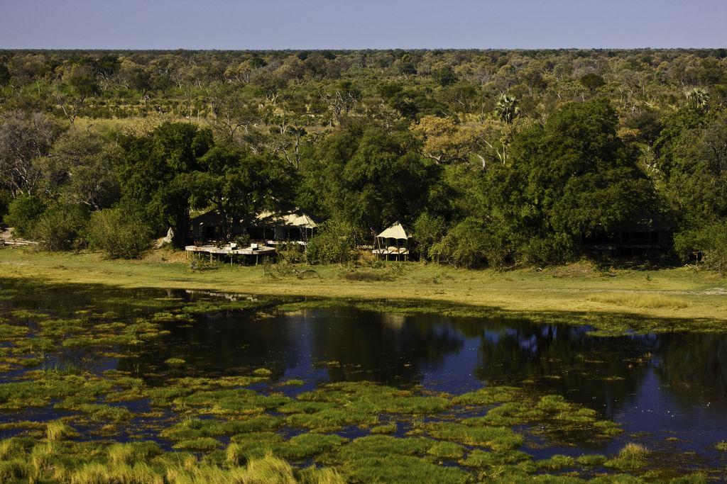Außenansicht des Zarafa Camps in Botswana | Abendsonne Afrika