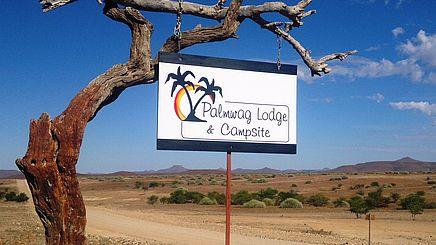 Eingang zum Palmwag Game Reserve in Namibia | Abendsonne Afrika