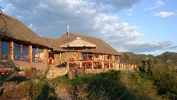 Hauptgebäude der Sunbird Lodge in Kenia | Abendsonne Afrika