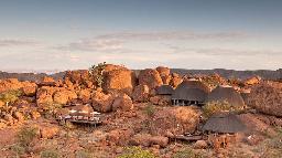 Blick auf das Mowani Mountain Camp in Namibia | Abendsonne Afrika
