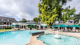 Poolbereich im Royal Swazi Spa Country Club, Eswatini   Abendsonne Afrika