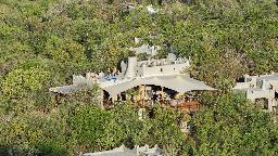 Blick auf die Phinda Rock Lodge in Südafrika | Abendsonne Afrika
