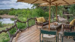 Aussichtsdeck in der Mashatu Lodge in Botswana | Abendsonne Afrika