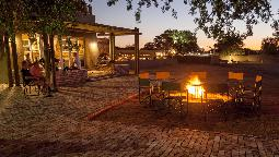 Bar in der Sossusvlei Lodge in Namibia | Abendsonne Afrika