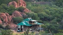Blick auf das Khayelitshe House in Simbabwe   Abendsonne Afrika