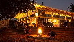 Restaurant der Kalahari Anib Lodge in Namibia | Abendsonne Afrika