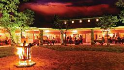 Abends in der Damara Mopane Lodge in Namibia | Abendsonne Afrika